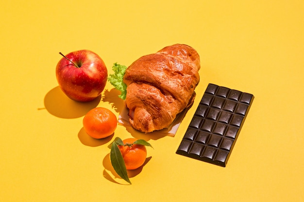 Pomme, mandarines, chocolat et croissant