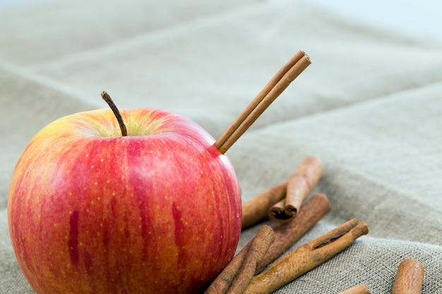Pomme mûre rouge couché avec de la cannelle