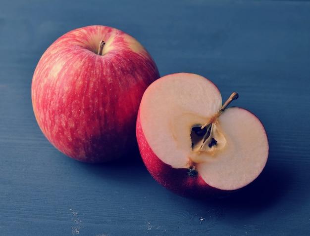 Pomme mûre rouge sur un fond en bois rustique foncé