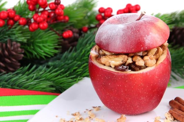 Pomme de noël farcie aux noix et raisins secs sur table close up