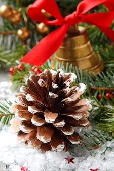Pomme de pin avec décoration de noël et neige