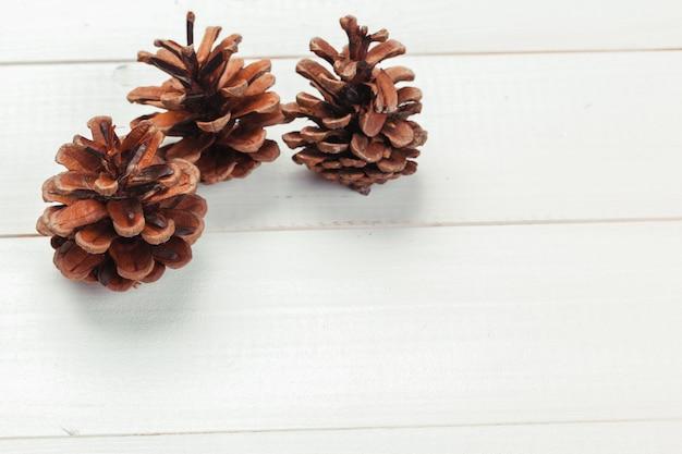 Pomme de pin sur table en bois