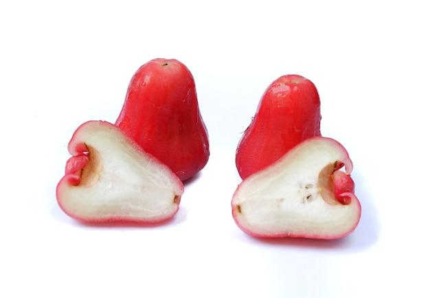Pomme rose ou goyave d'eau isolé sur fond blanc