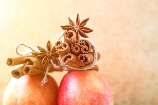 Pomme rouge aux épices de bâtons de cannelle décorée d'anis avec étoile.
