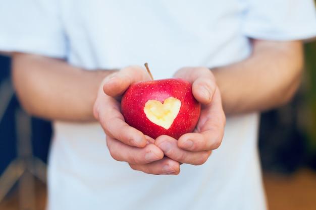 Pomme rouge avec coeur coupé