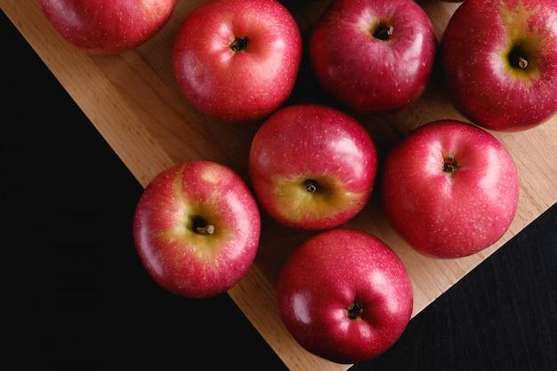 Pomme rouge. le concept d'aliments biologiques sains, végétarisme, aliments crus.
