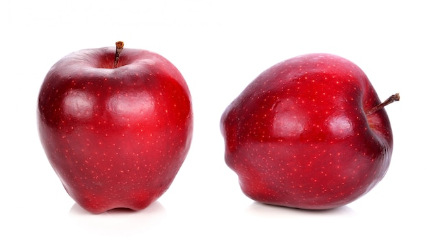 Pomme rouge sur fond blanc