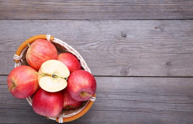 Une pomme rouge sur fond gris