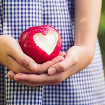 Pomme rouge en forme de coeur - cadeau d'amour