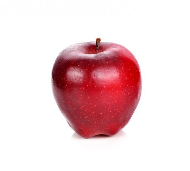 Pomme rouge fraîche sur fond blanc