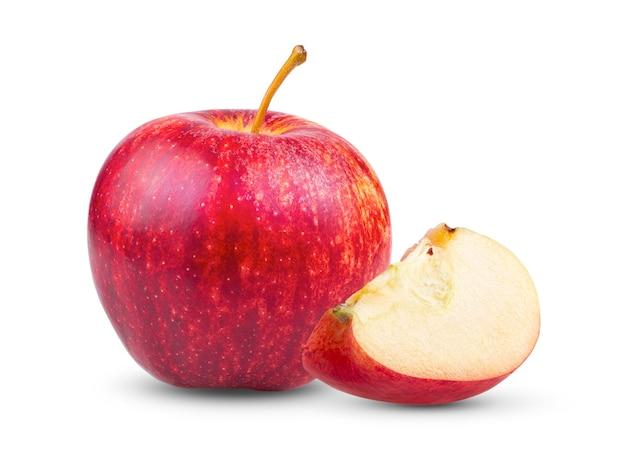 Pomme rouge fraîche isolée sur blanc