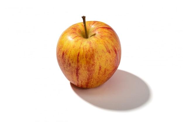Pomme rouge fraîche isolée sur fond blanc