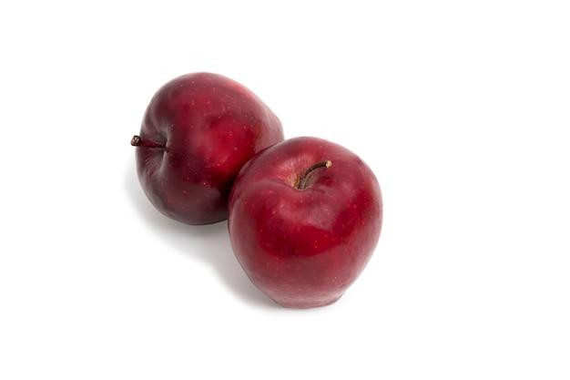 Pomme rouge fraîche isolée sur fond blanc.