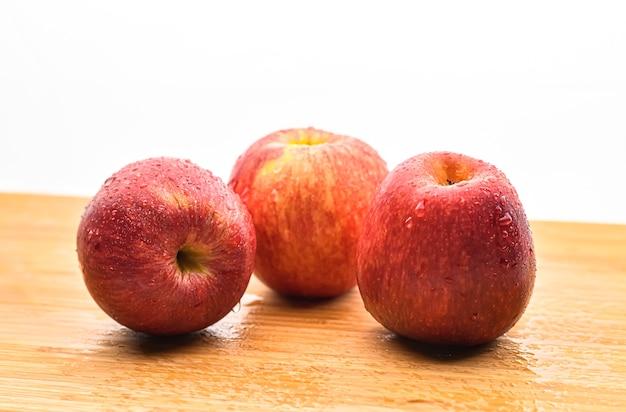 Pomme rouge fraîche isolée gros plan