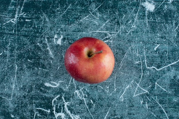 Pomme rouge fraîche sur table en marbre.