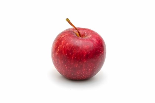 Pomme rouge isolée tranchée sur blanc