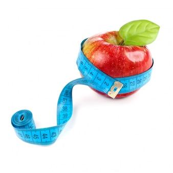 Pomme rouge avec mesure isolé sur blanc