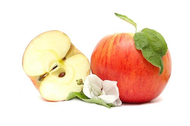 Pomme rouge, moitié et fleur sur blanc