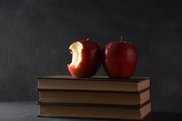 Pomme rouge et pile de livres