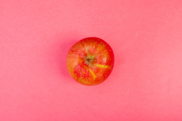 Pomme rouge vue de dessus sur la couleur, concept de mode de vie sain