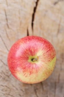 Pomme sur une surface en bois
