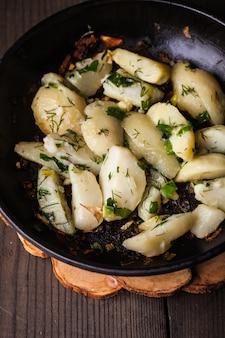 Pomme de terre au four rustique avec des herbes dans une poêle à frire