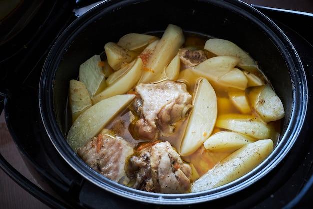 Pomme de terre braisée avec des morceaux de viande de dinde aux épices dans une casserole est prête à manger