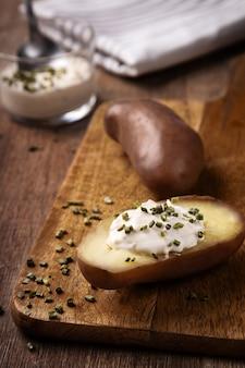 Pomme de terre à la crème présentée sur une planche de bois