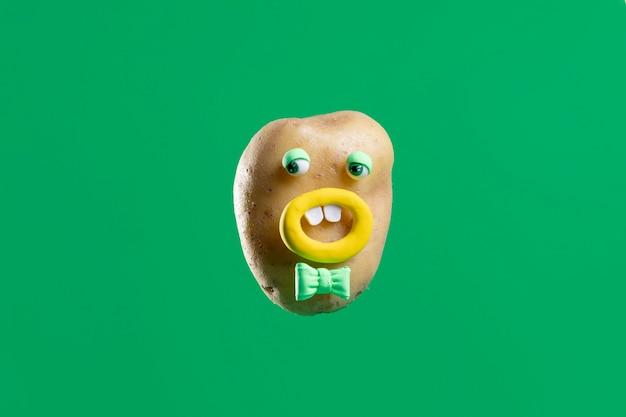 Pomme de terre drôle avec autocollant mignon