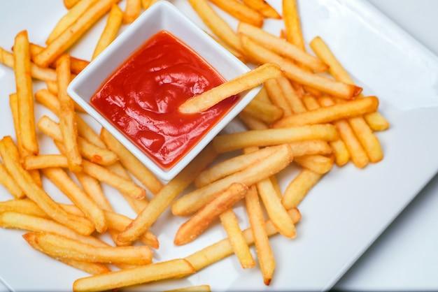 Pomme de terre frite à la tomate sur blanc