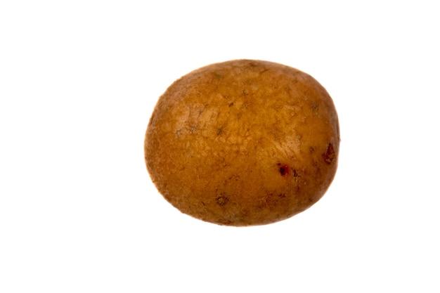 Une pomme de terre isolée sur fond blanc