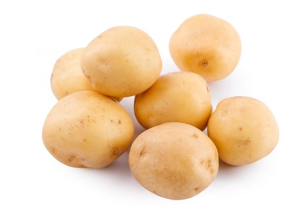 Pomme de terre jaune crue isolée