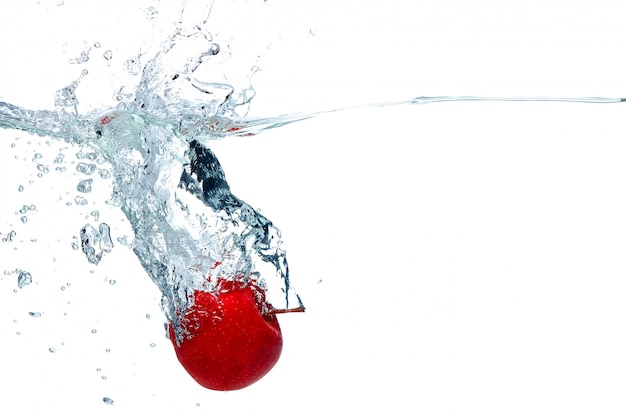 La pomme tombe profondément sous l'eau