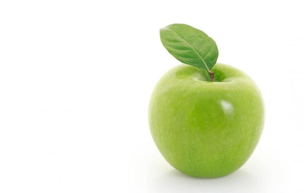Pomme verte sur blanc