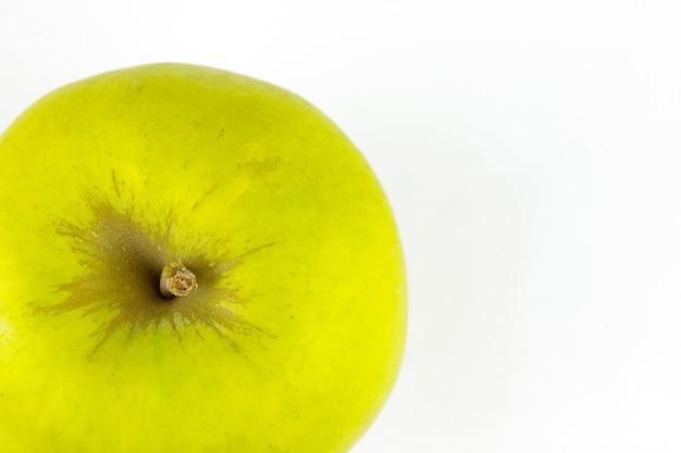 Pomme verte close up recadrée sur blanc avec espace de copie.