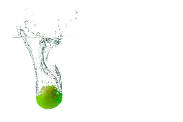 Pomme verte eau splash fond flou
