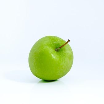Pomme verte sur fond blanc, pomme verte isolée, fruit sur fond blanc