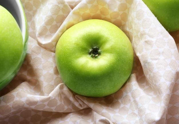 Pomme verte fraîche sur un chiffon