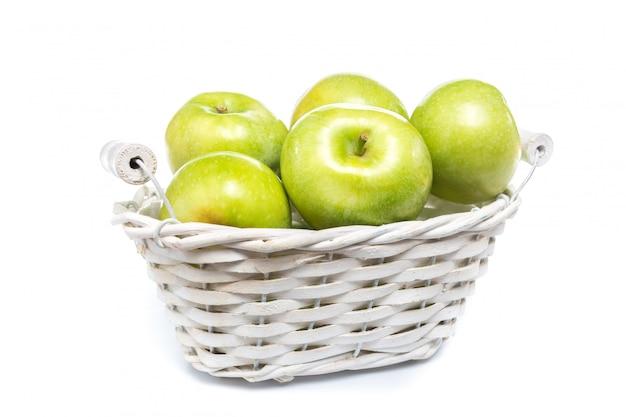 Pomme verte fraîche isolée sur fond blanc