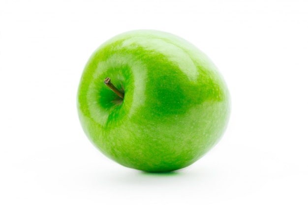 Pomme verte fraîche parfaite isolé sur blanc