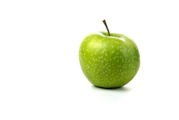 Pomme verte isolée sur blanc.