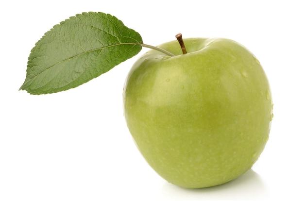 Pomme verte isolée sur une surface blanche