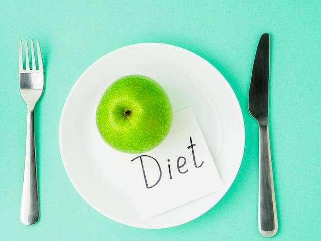 Pomme verte juteuse et mûre crue, bout de papier avec régime d'inscription. le régime alimentaire comme mode de vie.