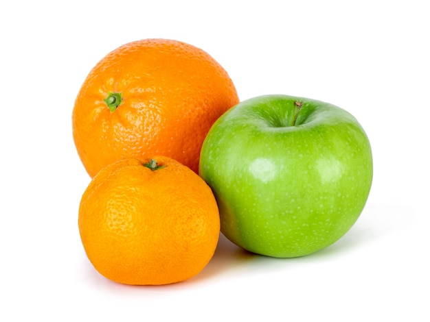 Pomme verte, mandarine et orange isolé sur blanc. la nourriture saine.