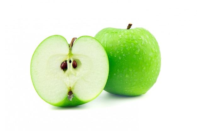 La pomme verte et la moitié avec une goutte d'eau est isolée sur blanc.