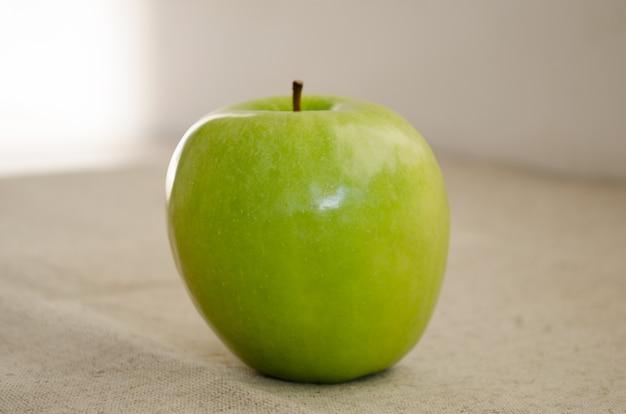 Pomme verte mûre se bouchent.