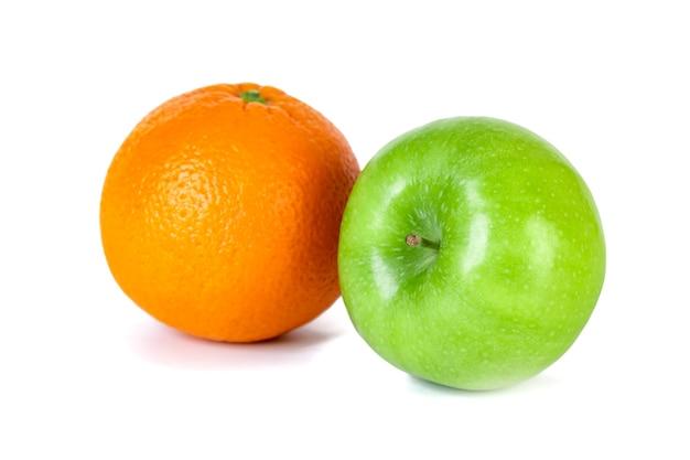 Pomme verte et orange isolé sur blanc. la nourriture saine.