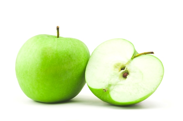 Pomme verte saine avec la moitié d'un isolé sur blanc