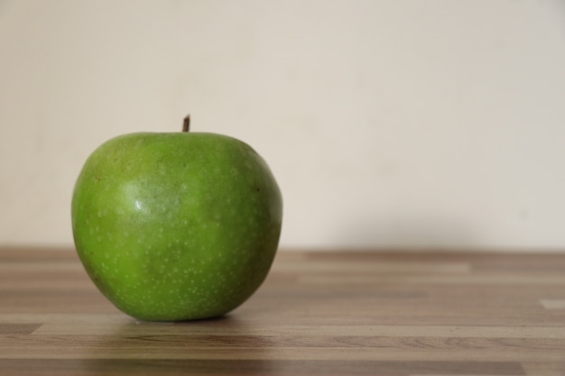 Pomme verte sur une table en bois