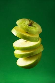 Pomme verte tranchée coupée en l'air